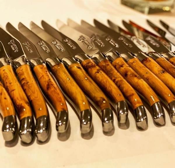 série de couteaux de table laguiole manche en bois brillant